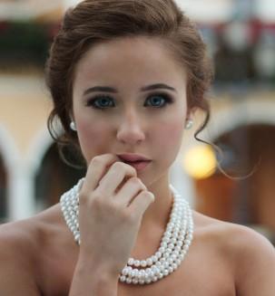 woman wearing jewelry, following etiquetter rules