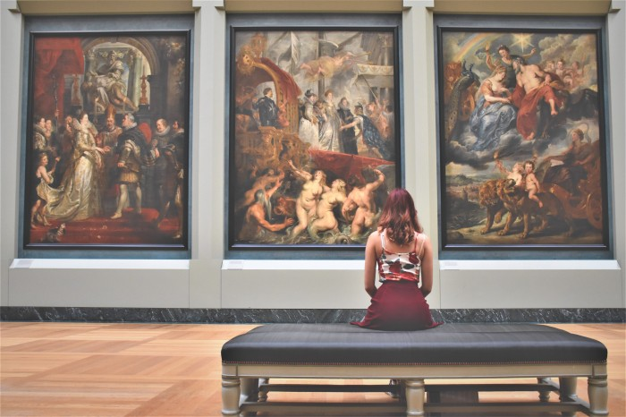 HOW TO CRITIQUE AND DISCUSS ART: 8 BASIC TIPS